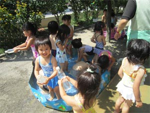 年少水遊び